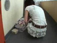 エロ本を読んで濡らしてる女の子を連れ込みエロDVDを見せてその気にさせてハメてる