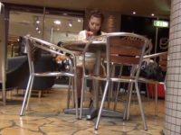 座りパンチラ盗撮!上品にジュースを飲んでても純白パンティーが見えてるギャル