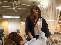 美容院でデカチンを見せるとこっそりシゴいて裏でハメさせてくれる巨乳痴女店員