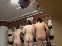 風呂脱衣所盗撮!ぶよぶよやむちむちのだらしないお尻を並べて全裸の若い娘たち