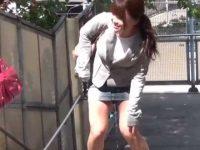 友達の前で野外お漏らし!立ったまま全部出し切るとパンツを脱ぎ捨てるミニスカ娘