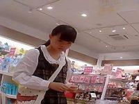 店内パンチラ盗撮!商品を吟味してると純白パンツを見られてるミニスカロリ娘
