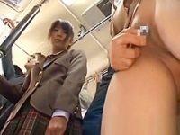 満員バス痴漢!スカートをめくられローター責めされてる美女をじっと見てる制服娘