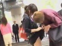 バッグに引っ掛けスカートめくり!横断歩道で大勢にパンツを見られるミニスカ女性