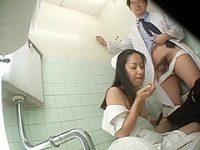 病院トイレでこっそりフェラチオ!手マンのお返しにお口で一発抜いてあげる看護婦