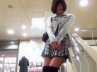 恥じらいながらパンツ露出!周りを気にしながらも自らスカートをめくる露出ギャル