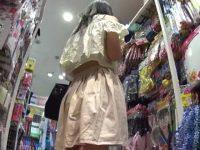 店内パンチラ盗撮!屈んでもしゃがんでもサテンパンティーを見られる生足美少女