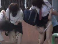 2人同時スカートめくりパンツ下し!並んでマン毛を見られちゃうミニスカ制服娘