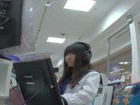 ミニスカ制服パンチラ盗撮!CD試聴に夢中で軽く股を開いてノーガードの美少女