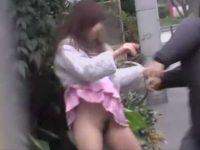強引にノーパンスカートめくり!必死の抵抗もむなしくマン毛を見られるミニスカ娘