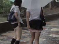 雨の日に2人同時スカートめくり!傘を持ってすぐ直せずパンツ丸見えのミニスカ娘