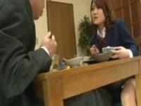 食事中にテーブルの下で巨乳娘にいたずらする父!母が出かけるとパイズリしてもらい顔射