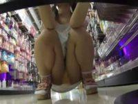 店内パンチラ盗撮!しゃがむと正面からM字黄色パンツを至近距離で狙われる美少女