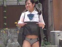 野外パンチラ露出!自らスカートをめくってお漏らしまで見せてくれるミニスカ娘