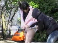座りパンチラ盗撮後のスカート破り!純白パンツが見えてたのに丸出しにされる娘