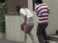 いきなりスカート剥ぎ取り!下半身丸出しの恥ずかしい姿で慌てるむちむちお姉さん