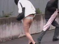 強襲スカート剥ぎ取り!Tバックだけの姿で隠れる女性に近づき美尻を触り嫌がらせ