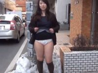 街中でパンチラ露出!人が通り過ぎるのを見計らい純白パンツを見せるむっちり娘