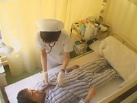 病室でこっそり手コキ!勃起チ〇ポを見せられるとカラダを拭くついでにシゴく看護婦