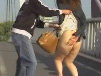 ノーパンスカートめくり!ぶよぶよのだらしないお尻を慌てて隠すぽっちゃり女性