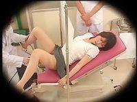 産婦人科診察盗撮!分娩台で緊張する娘のおま〇こを優しく開いてチ〇ポを入れる医師