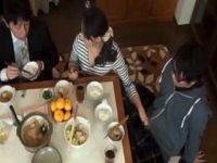 食事中にこっそり手コキ!旦那と会話しながら息子のチ〇ポをコタツの中でシゴいてる母