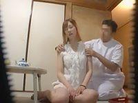 セクハラ出張マッサージ!美女に目隠しすると勃起チ〇ポをそっと顔に押し当てる施術師