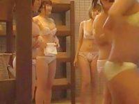 風呂脱衣所盗撮!下着姿になるとお互いのスタイルを褒め合いすぐ脱がない娘たち