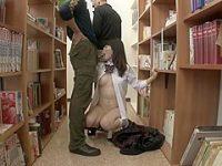 図書館痴漢!おま〇こをイジると騒ぐ制服娘のお口を勃起チ〇ポで塞いでイラマチオ