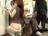電車内露出痴女!ローライズのハミ尻に視線を感じるとしゃがんでワレメを見せつける