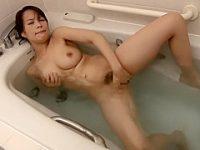 民家風呂オナニー!湯船から片足上げてジャバジャバするほど全力でかき回す巨乳妻