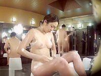 風呂洗い場盗撮!おま〇こをゴシゴシ洗うおっぱいもお腹もぷにぷにのむっちり色白娘