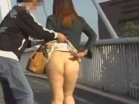 強襲スカートめくり!だらしないぶよぶよお尻をいきなり丸出しにされるむっちり女性