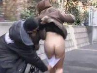 スカートめくりパンツ下し!すぐ隠さないとぷりぷり美尻も丸出しにされちゃう美女