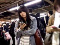 ミニスカ美女スカートめくり!駅構内で追跡してエスカレーターで純白パンツ丸出し