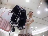 アパレル店員パンチラ盗撮!商品を見せながら柄パンティーを見られてるミニスカ美女