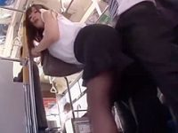 バス逆痴漢!後ろのチ〇ポをお尻で刺激してるとスカートにぶっかけられちゃう痴女