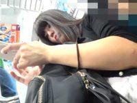 電車内パンチラ盗撮!スマホを見てるとスジ入りパンティーを見られてるワンピース娘
