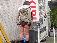 街中パンチラ露出!周りを気にしながらもお気に入りのパンツを見せてくれるギャルたち