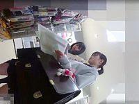 店内パンチラ盗撮!大きなカバンでガードしても回り込んで逆さ撮りされる制服娘2人組