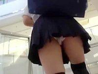 店内パンチラ盗撮!逆さ撮りで純白パンツを確認するとバレないようにスカートめくり