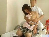 セクハラマッサージ盗撮!生乳を触られて嫌がっても乳首を転がすとアヘ顔の制服娘