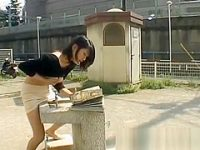 野外オナニー盗撮!公園で水を飲む振りして角におま〇こを擦りつけアヘ顔のエロ娘