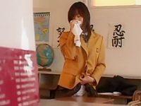 誰もいない教室でオナニー!好きな人の机の角におま〇こを押し当てグラインドする制服娘