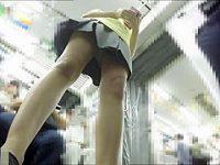電車内パンチラ盗撮!細い脚でおま〇こ周辺がよく見える純白パンツのミニスカギャル