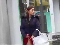 街中パンチラ露出!バッグで隠しながらこっそりめくって柄パンツを見せてくれるギャル
