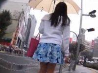 街中パンチラ盗撮!信号待ちで立ち止まるとミニスカが風でめくれて生パンツ丸見え
