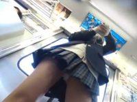 電車内パンチラ盗撮!突然片足上げておま〇こ付近までよく見せてくれるミニスカ娘