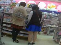 店内パンチラ盗撮!何度逆さ撮りされても気付かないプリントパンツのむちむち素朴娘