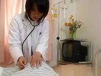 病室でこっそりフェラチオ!寝てる患者のデカチンをそっと取り出してしゃぶってみる女医